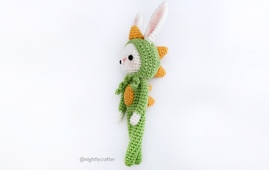 Conejito en Pijama de Dino – Patrón de Crochet Gratuito – Complemento